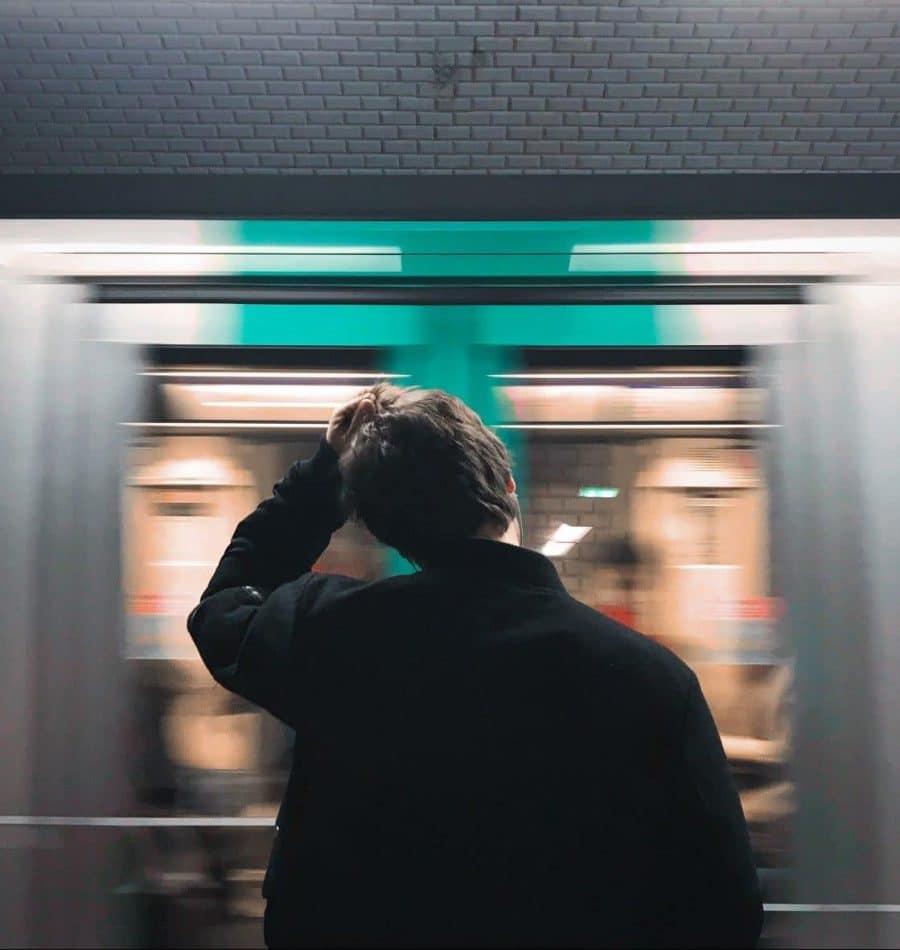 Personne qui se gratte la tête devant un métro