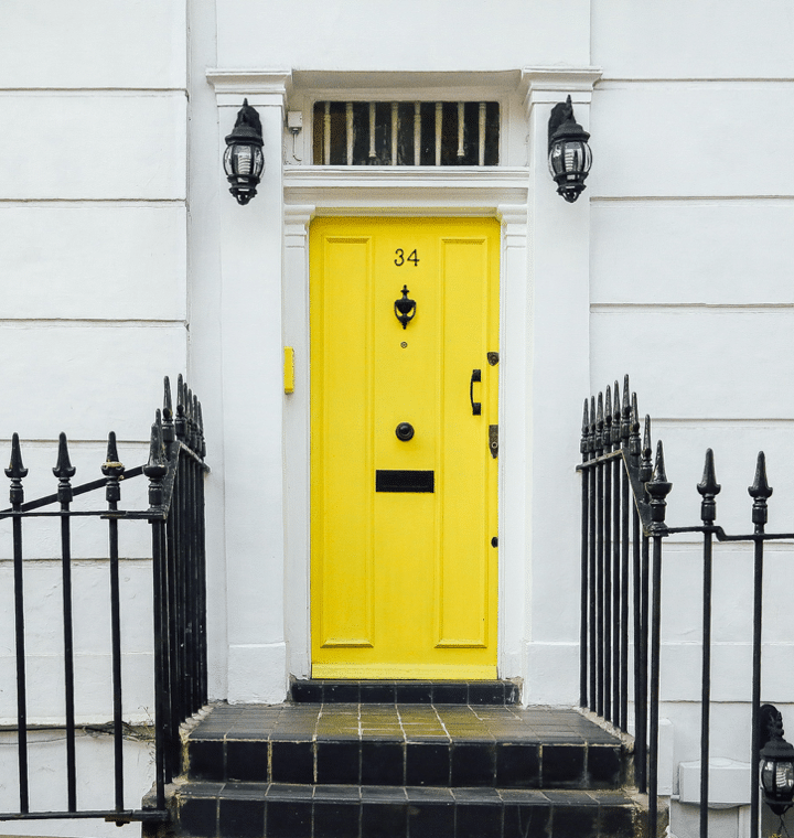 Porte jaune maison